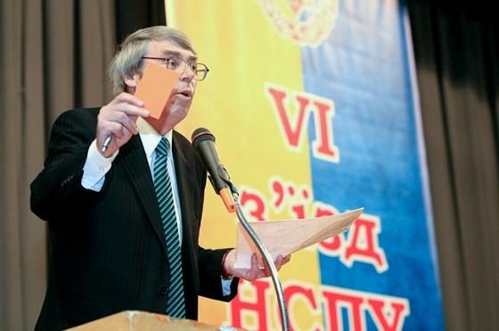 Главе Союза писателей Баранову сожгли дачу и потребовали уйти в отставку