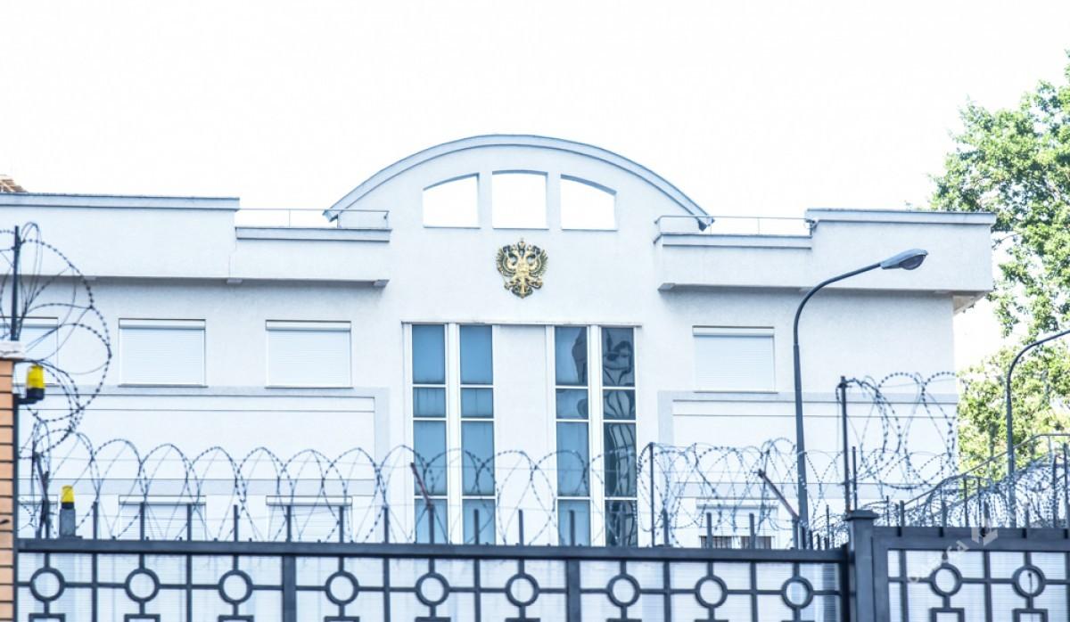 Проукраинские активисты пикетируют российское консульство вОдессе