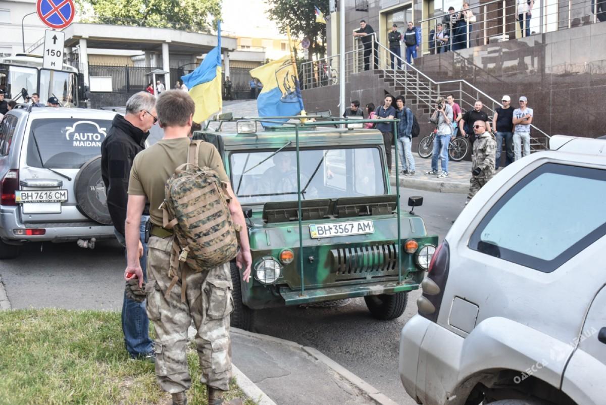 Активисты заблокировали вход вГенконсульство Российской Федерации вОдессе