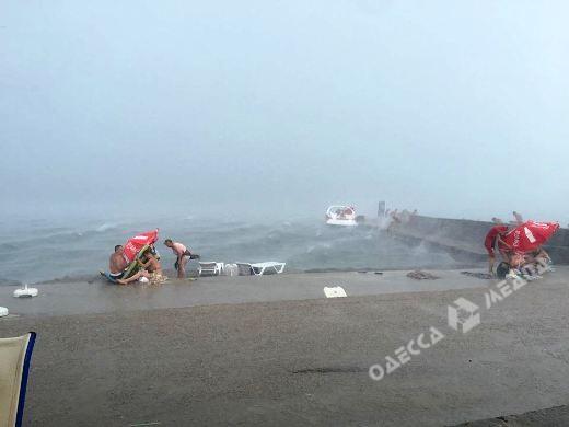 Вчера впроцессе шторма водолазы спасли 97 человек