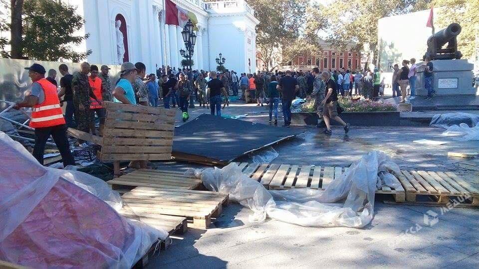 ВОдессе сдраками снесли палатки противников главы города