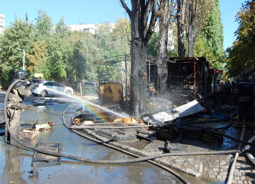 Одесские cотрудники экстренных служб устранили возгорание 2-х торговых павильонов