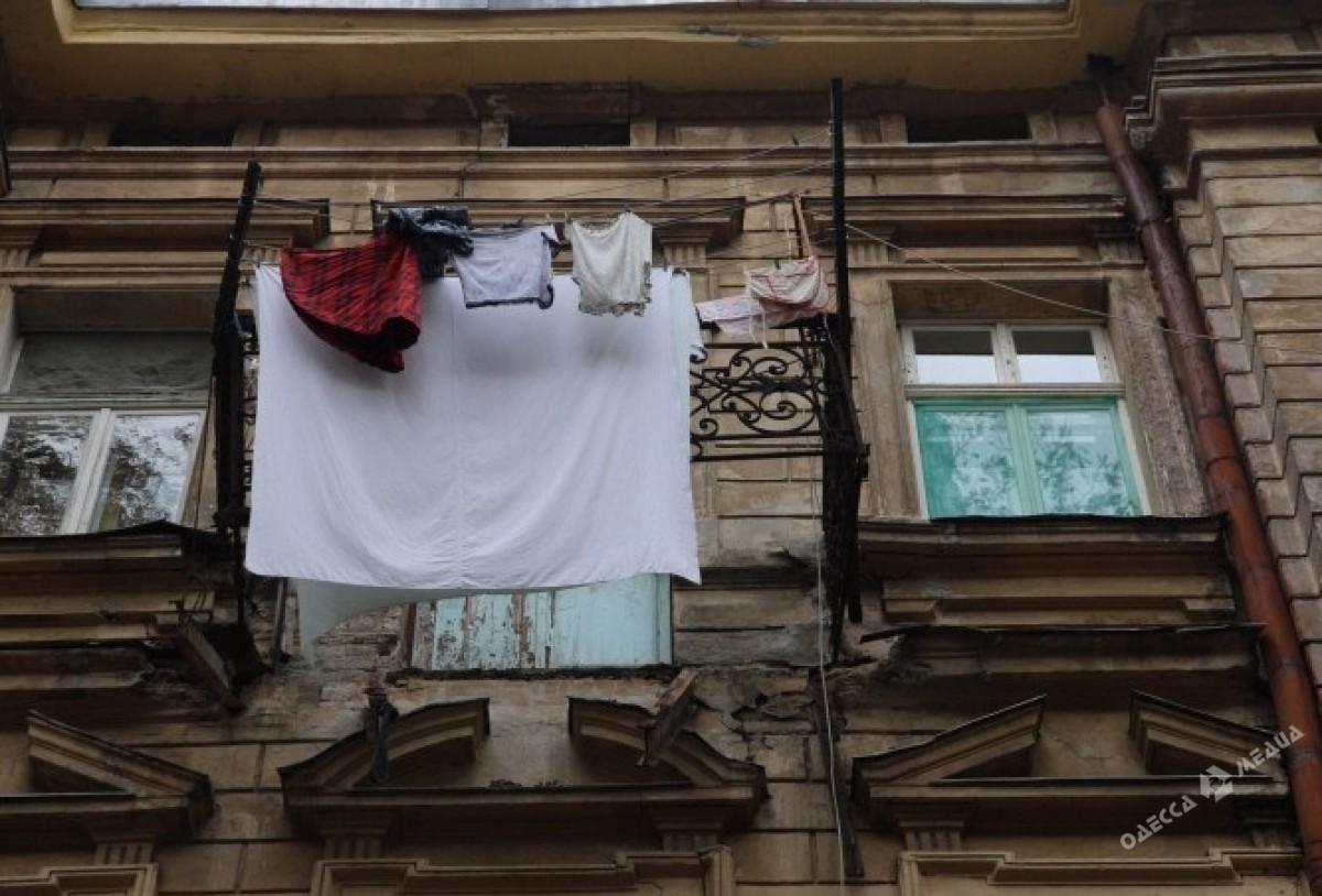 Вцентре Одессы балкон рухнул ипробил асфальт. Есть пострадавшие