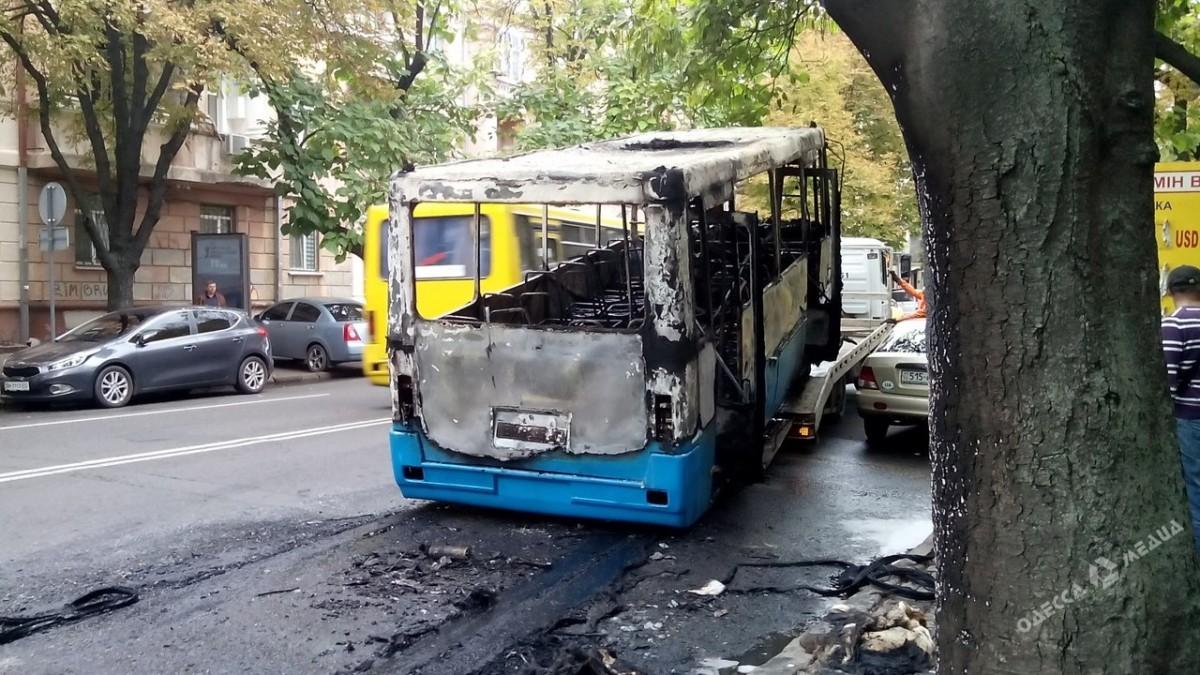 Утром вцентре Одессы дотла сгорела маршрутка, пассажиров успели эвакуировать