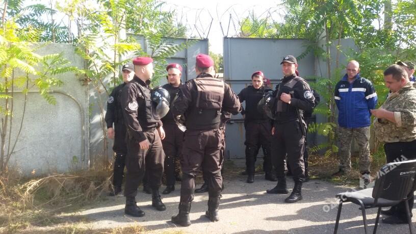 Работники завода: Натерриторию НПЗ приехали неизвестные вооруженные люди