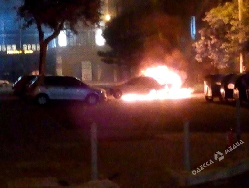ВОдессе дотла сгорело такси: пылающее авто вытолкали насередину улицы