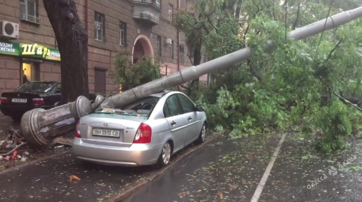 ВОдессе из-за непогоды намашину рухнул столб, нарушено движение трамваев