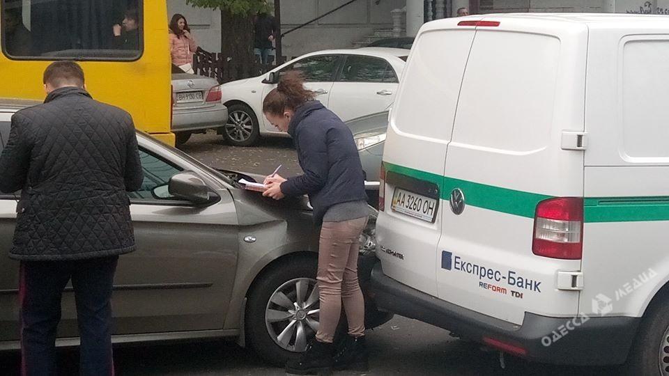 ВОдессе милиция обстреляла авто, которое врезалось вмашину инкассаторов