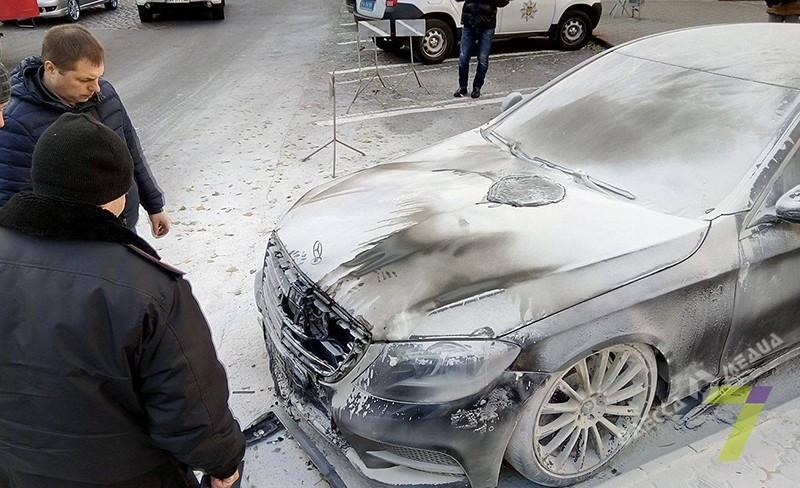 ВОдессе неизвестные подожгли автомобиль Mercedes и исчезли
