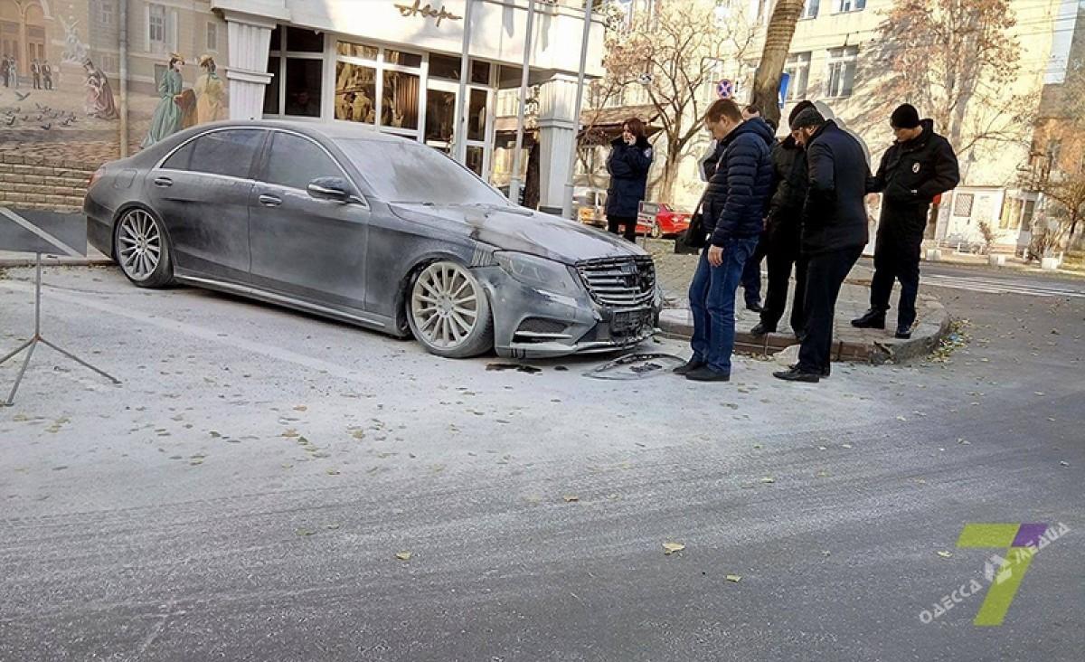 Среди бела дня вцентре Одессы двое неизвестных сожгли «Мерседес»