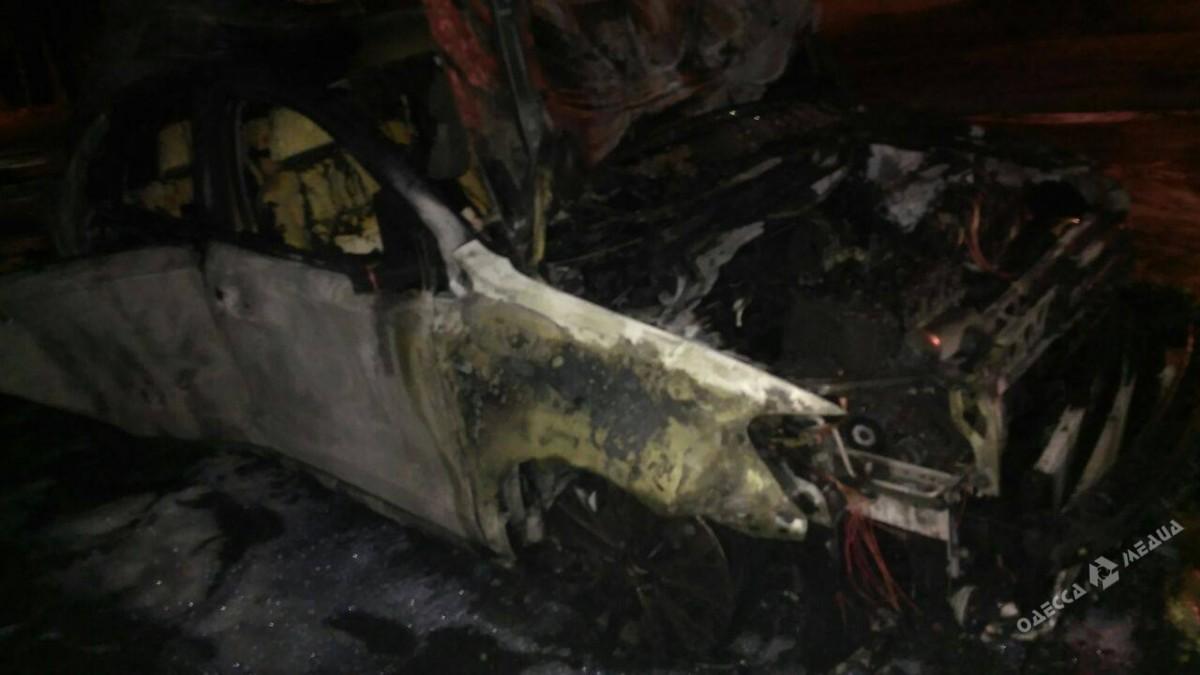 Ночью вОдессе сгорели два автомобиля