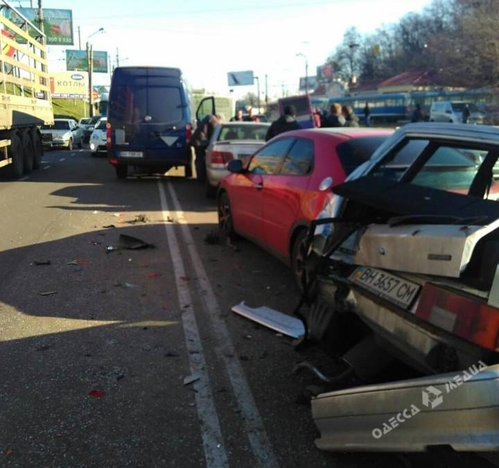 ДТП сшестью авто вОдессе: нетрезвый шофёр пытался сбежать из«скорой»