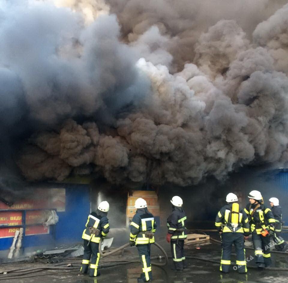 ВОдессе сегодня днем горел рынок: фото масштабного пожара