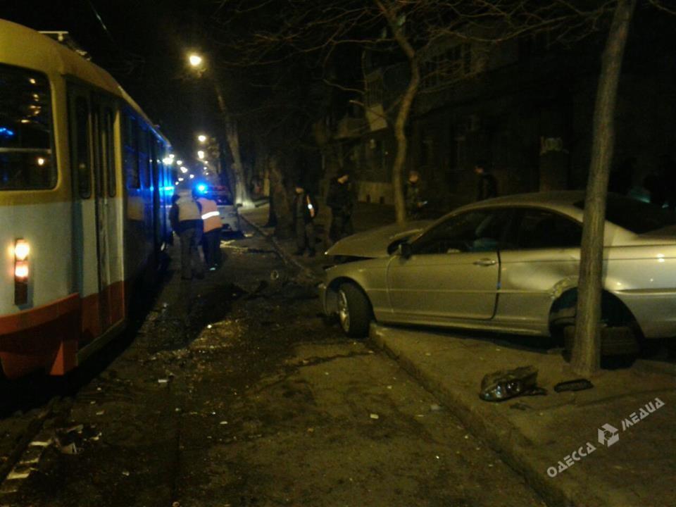 Автомобилист на БМВ врезался втрамвай вОдессе