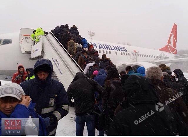 Вснежном плену: ваэропорту «Одесса» из-за непогоды отменены все рейсы