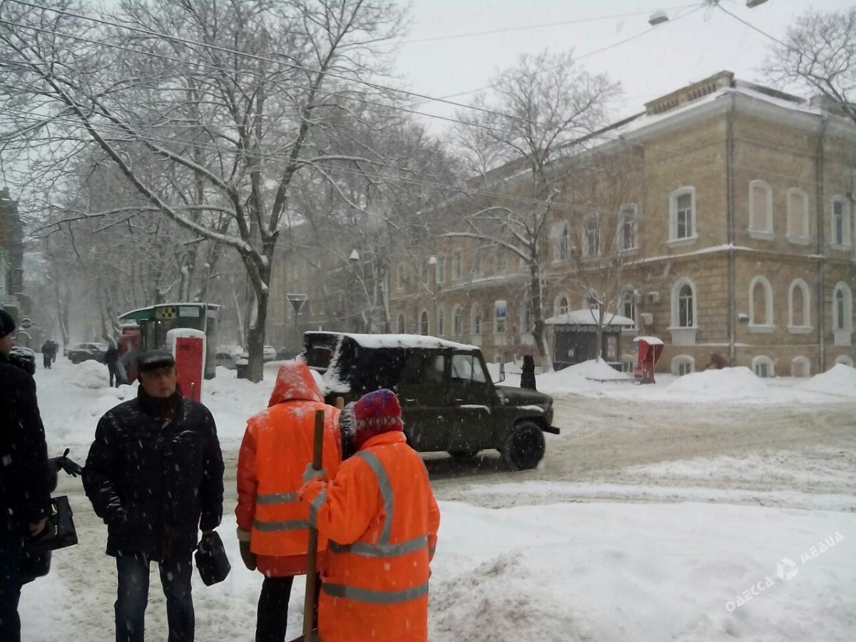 d748c91ede07945005bf86cf26b5cd42 Зимняя Одесса: пес-снеговик, одинокий Дюк и машины в сугробах