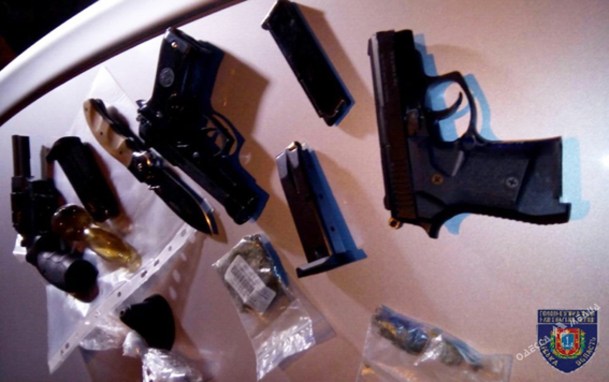 ВОдессе задержали семейную пару вооруженных дозубов наркодиллеров
