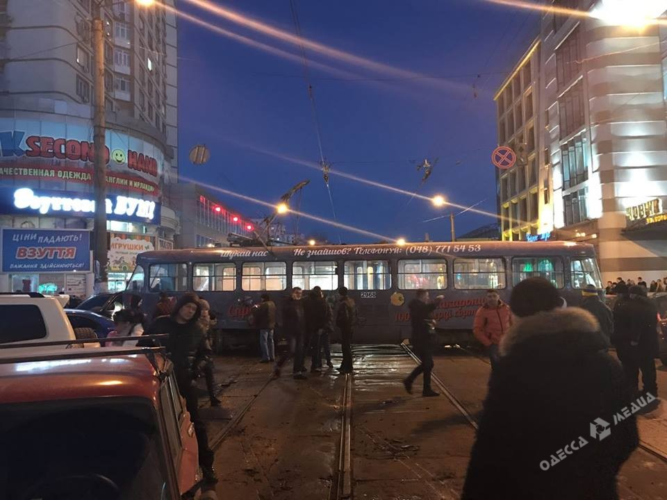ВОдессе трамвай сошел срельсов ипобил 5 авто