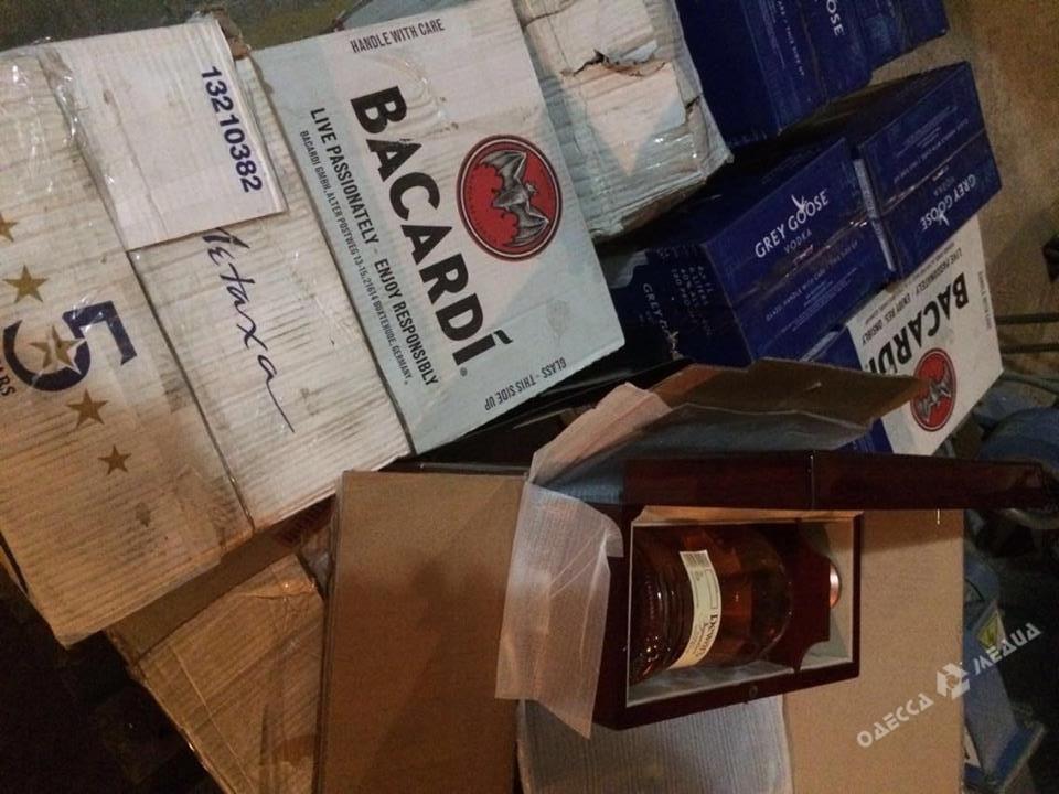 Одесские правоохранители утилизировали 600 лконтрафактного алкоголя