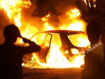 ВОдессе сожгли авто сбизнесменом внутри