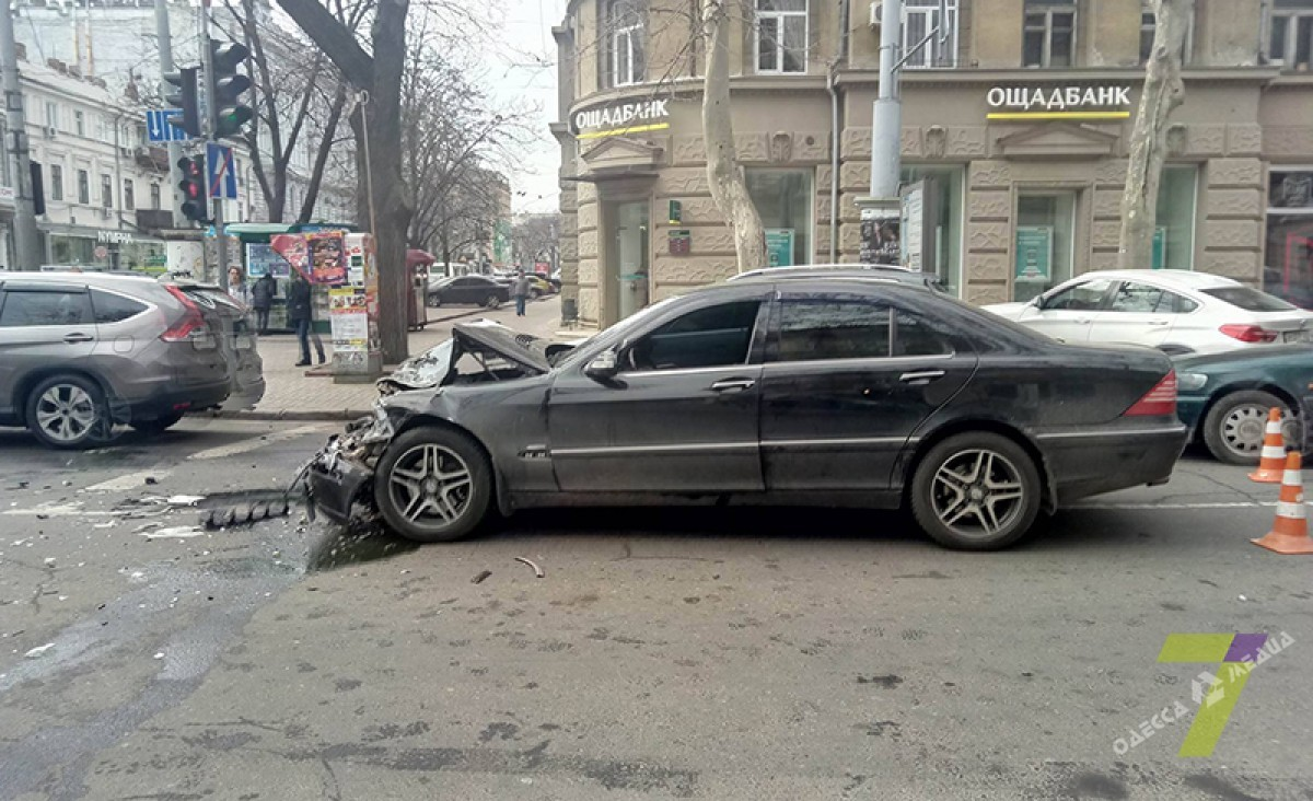 Работник прокуратуры на«Мерседесе» спровоцировал два ДТП вцентре Одессы