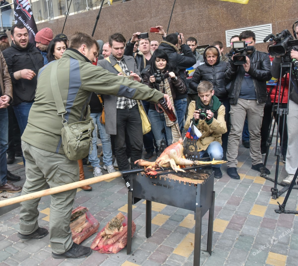 Это Украина! ВОдессе активисты под посольствомРФ «зажарили» двуглавого орла противника