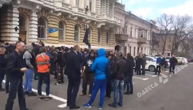 Под стенами управления Нацполиции Одесской области снова беспокойно