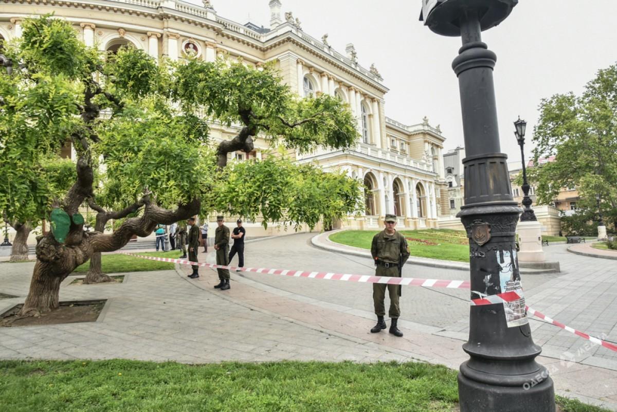 Стену Героев СССР вОдессе квизиту Порошенко прикрыли флагом европейского союза
