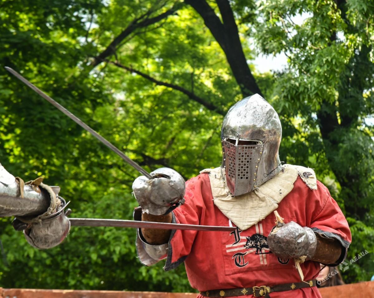 Рыцари, ходули истрельба излука: впарке Шевченко проходит средневековый фестиваль