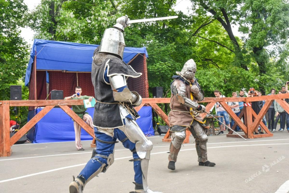 Поцентру Одессы прошло рыцарское шествие воглаве скоролем наконе