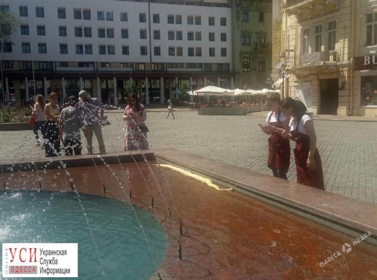 В одесском фонтане плавает питон (фото) - ИА «Одесса-медиа»: http://odessamedia.net/news/v-odesskom-fontane-plavaet-piton-foto/