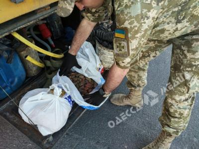 Гражданин Турции пытался незаконно перевести через Одессу 4,5кг янтаря