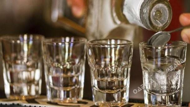 Вообще медики не советуют после вышеуказанного напитка сразу же пить какую-либо жидкость - лучше закусить