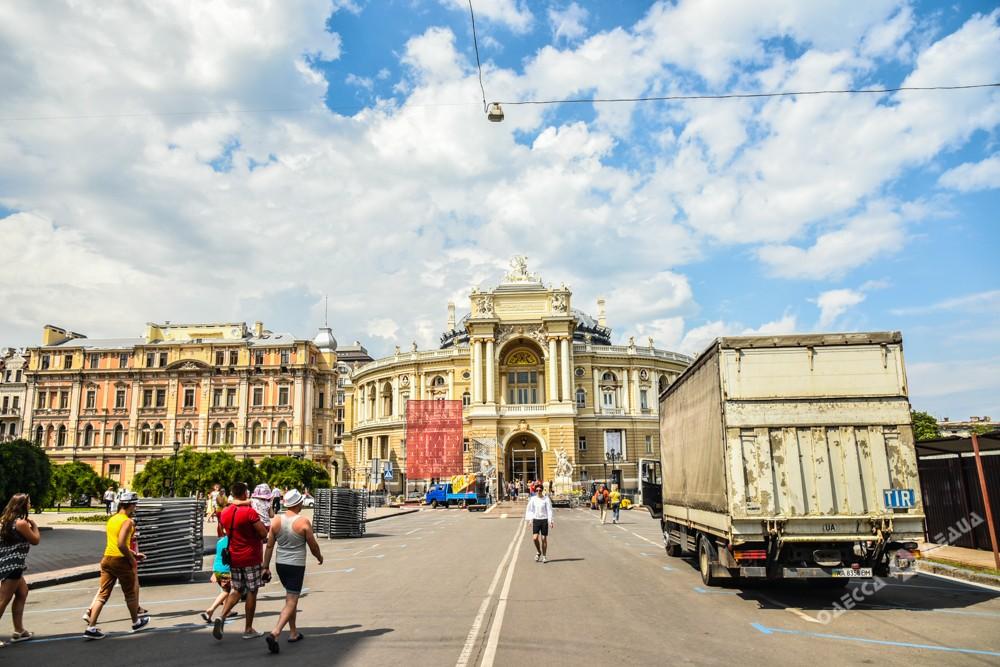 Красная дорожка взолотых пайетках: вОдессе проходит праздничное открытие ОМКФ