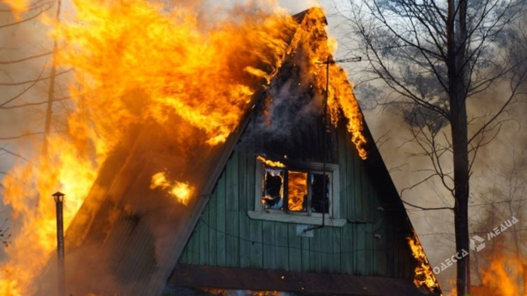 При масштабном пожаре под Одессой два человека получили тяжелые ожоги