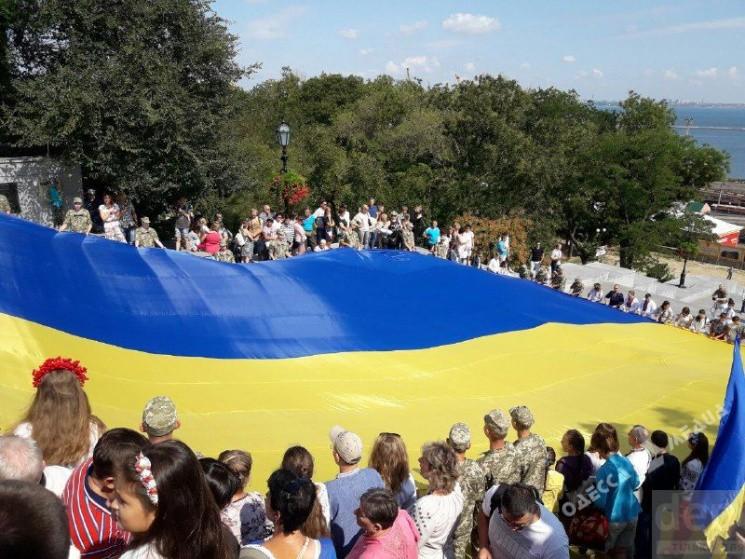 НаПотемкинской лестнице вОдессе растянули 26-метровый флаг Украинского государства
