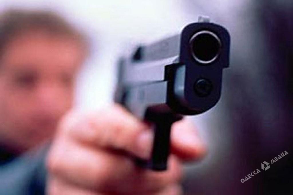 ВОдессе полицейский применил оружие, чтобы успокоить иностранца, пропустившего очередь кпарикмахеру