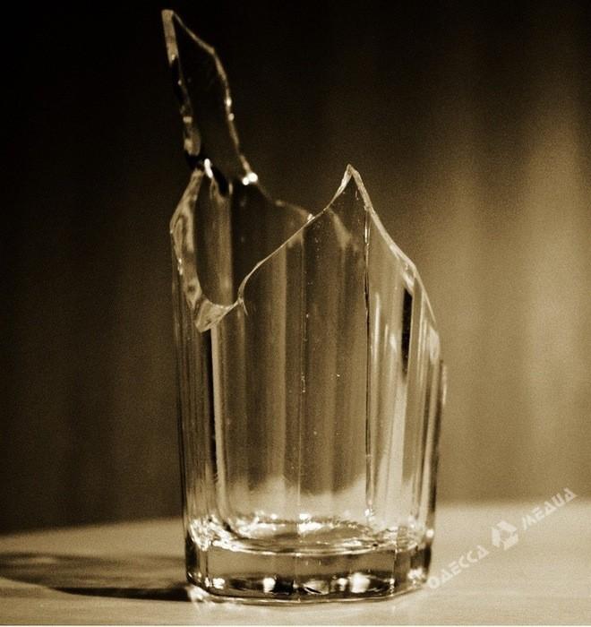 Нетрезвый одессит ударил товарища стаканом вшею— Дебош вбаре