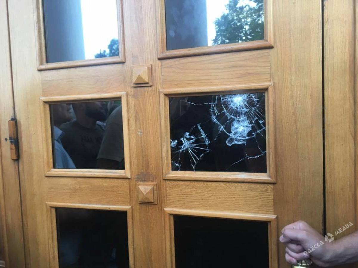 Родители детей изсгоревшего вОдессе лагеря атакуют  строение  горсовета