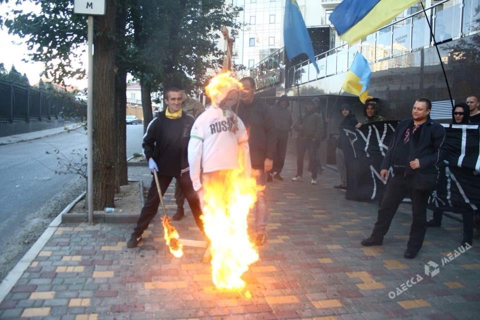 Около генконсульстваРФ вОдессе пикетчики повесили чучело В. Путина