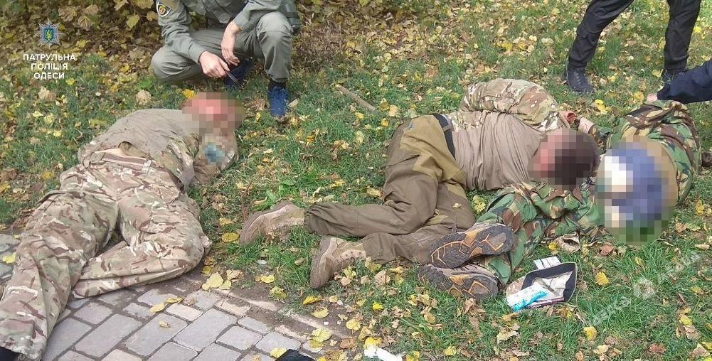 В парке Шевченко пьяные в камуфляже разгромили киоск и избили прохожую