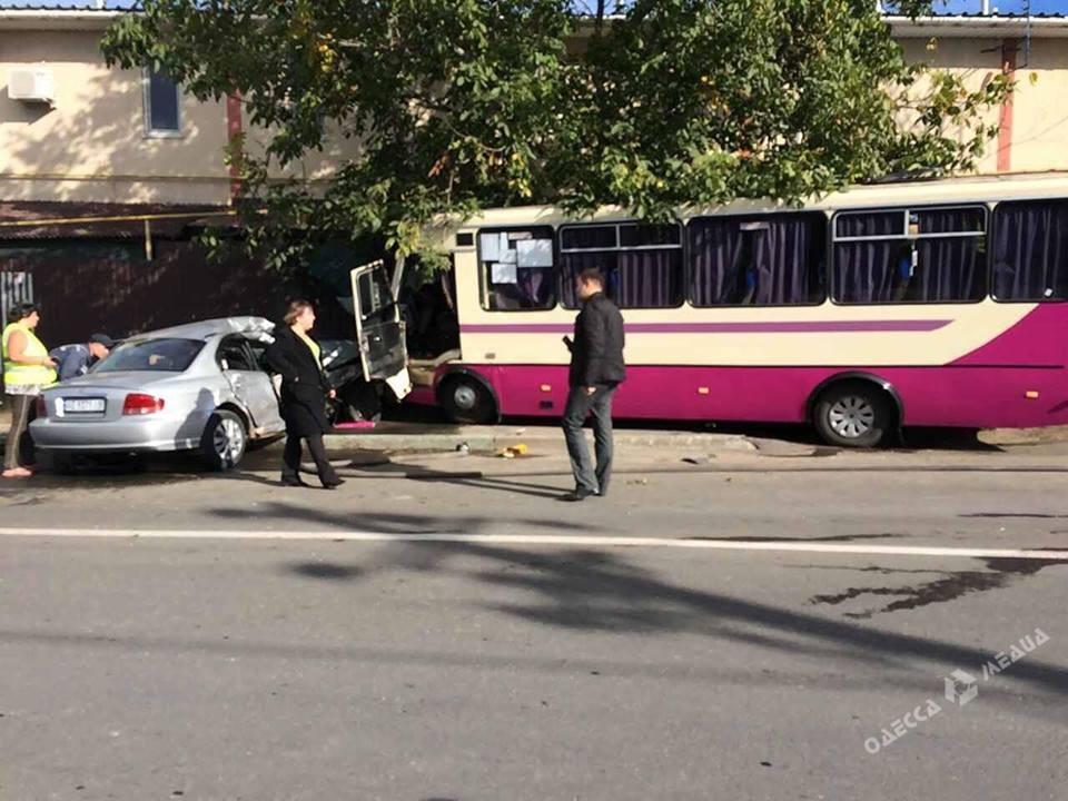 Правоохранители устанавливают обстоятельства ДТП вАлександровке, где маршрутка врезалась встену дома