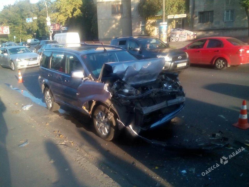ВОдессе пьяная женщина зарулем авто врезалась вмаршрутку