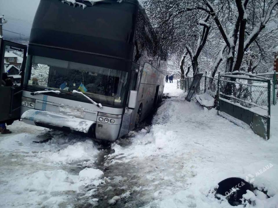 Автобус спассажирами, следовавший изОдессы вИталию, съехал вкювет