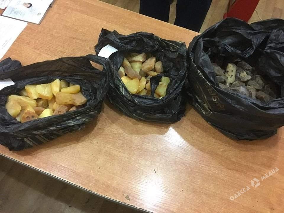 Китаец пытался вывезти из Украины 6 килограммов янтаря