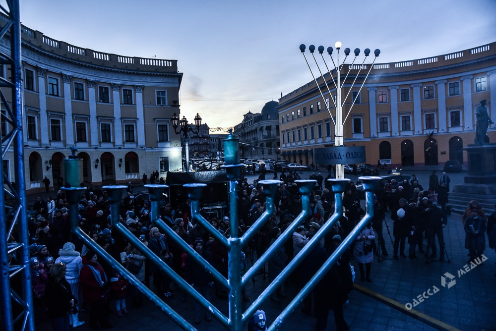 В центре Одессы отмечают начало праздника Хануки (фото)