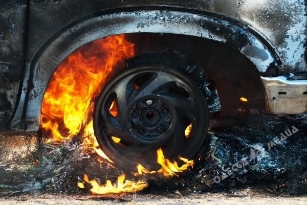 Депутатский автомобиль горел сегодня вОдессе
