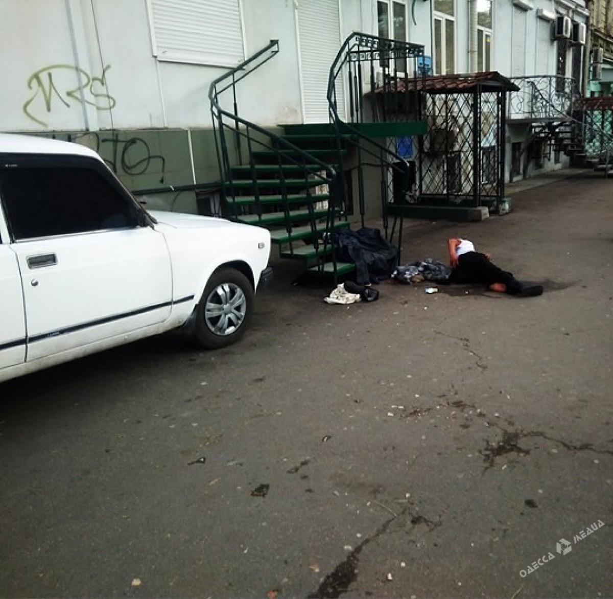Пьяная одесситка без определенного места жительства упала в центре города и разбила голову (фото)