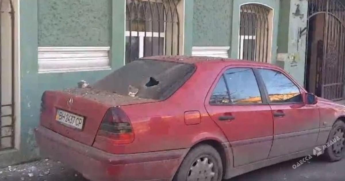 Кусок балкона пробил стекло автомобиля в Одессе (фото)