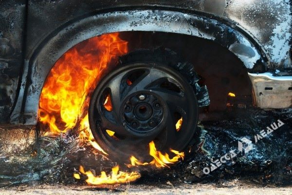Минувшей ночью вОдессе сожгли две дорогих иномарки